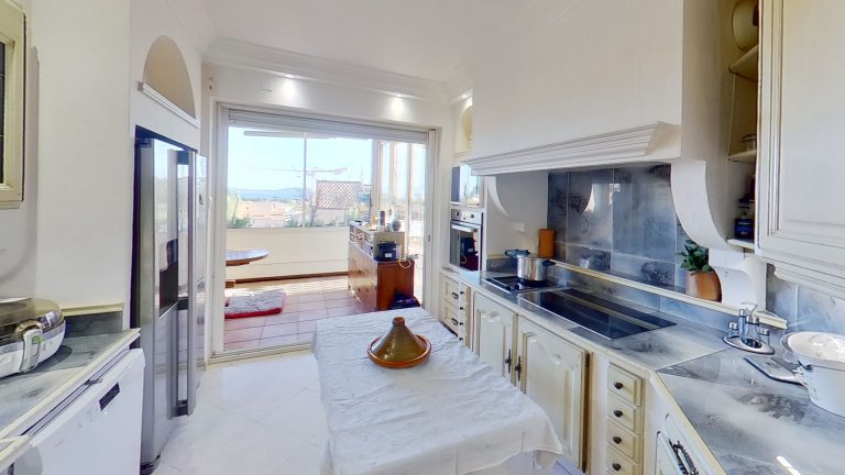 CARQUEIRANNE Kitchen1 Provencal appartment with sea views