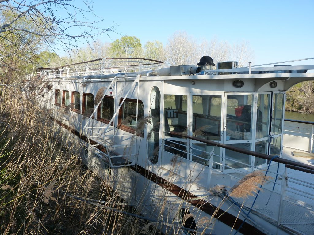 Large 3 bed houseboat in Provence